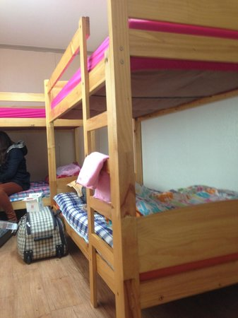 JIN Guest House : ห้องสี่เตียง สะอาด เตียงไม่มีฮีทเตอร์ นอนพื้นได้ แต่ต้องรอสี่ทุ่ม