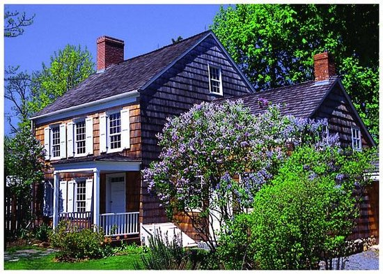Huntington Station, État de New York : The Birthplace with lilacs in full bloom.