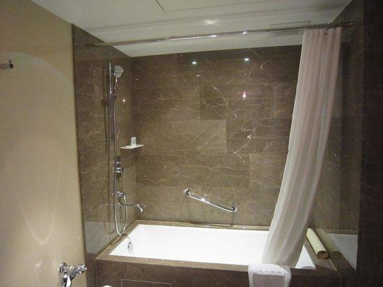 Ambassador Hotel Taipei: Bath Room