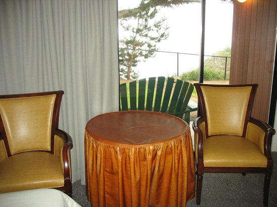 Ragged Point Inn and Resort: Table/Chairs