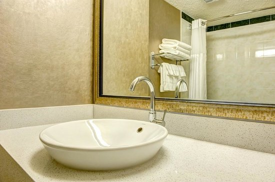 Radisson Hotel & Suites Fort McMurray: Renovated Bathrooms