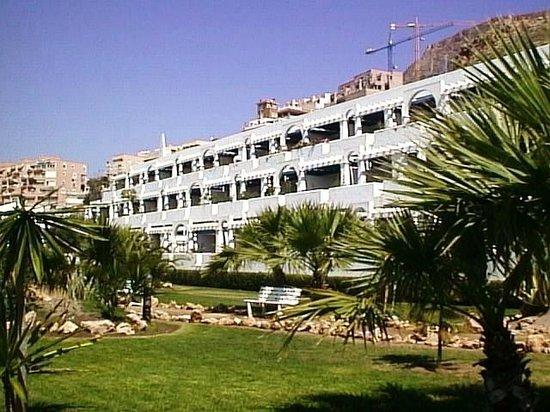 KROSS Puerto Aguadulce: Fachada y jardines Hotel Kross Aguadulce 4*