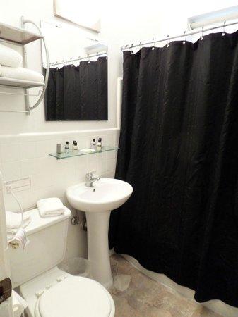 Ocean Reef Suites: El baño amplio, limpio, comodo.