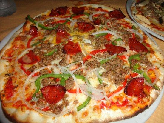 Pizza romana picture of pizzeria horno de lena el - Hornos de lenas ...