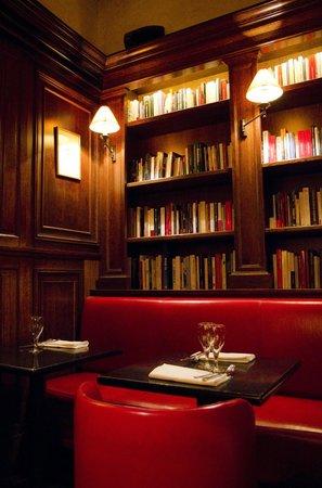 Les Editeurs: la boiserie con libreria del piano di sotto