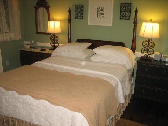 Oak Bluffs Inn: Our excellent room; private Garden entrance, quiet, relaxing, comfortable bed.