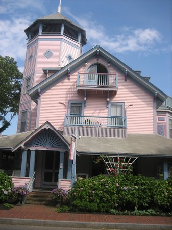Oak Bluffs Inn: View of the Inn from the main street