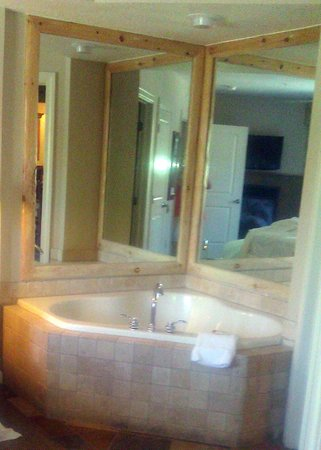 Sheraton Mountain Vista Villas, Avon / Vail Valley: Jetted tub in bedroom