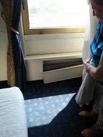 Hotel Plaza : cache radiateur cassé