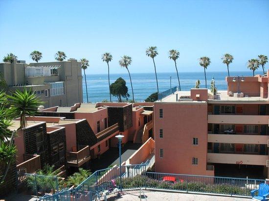 La Jolla Cove Hotel & Suites: Steps Leading up to Terraced Suites