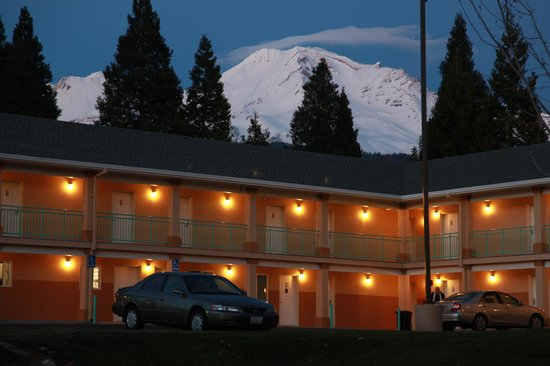 Mt. Shasta Inn and Suites: Exterior Night View