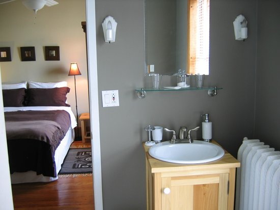B&B Vert Le Mont: The London room is the one guestroom with a bath tub - the others each have a shower