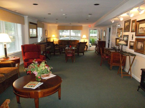 Gibson's Lodgings: Social room with large TV in the Laurel House