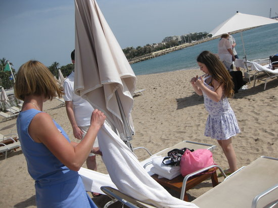 Plage du Martinez : cabana lady with towels and flowers for us