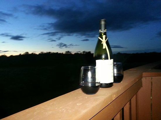Point Au Roche Lodge : wine at suneset