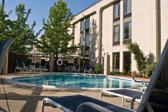 Hampton Inn New Bedford / Fairhaven: Seasonal outdoor swimming pool