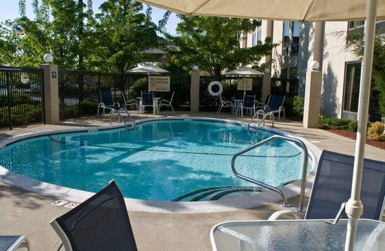 Hampton Inn New Bedford / Fairhaven : Seasonal outdoor swimming pool