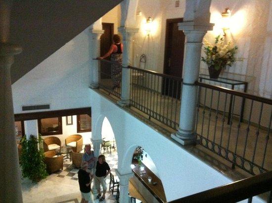 Dona Lola Zahara : Foyer of hotel