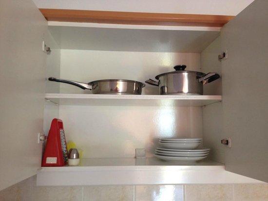 Kleopatra Apartments: Kitchen cupboard