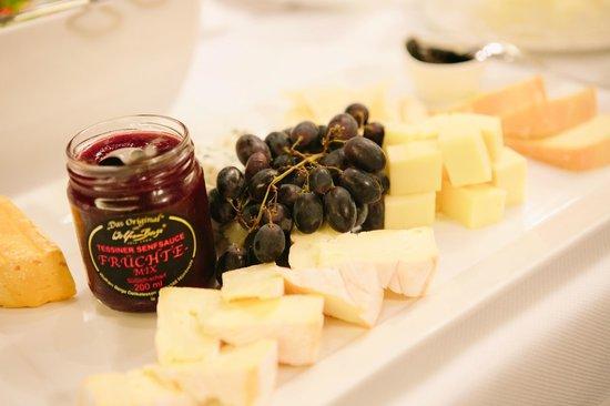 Hotel Warmbaderhof: Cheese