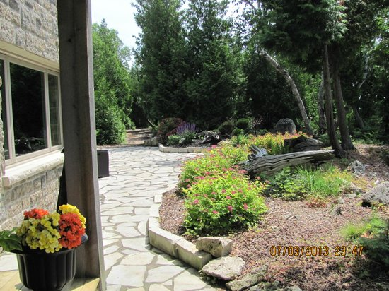 Acres on the Lake Bed and Breakfast: Gardens at guest entrance of the house