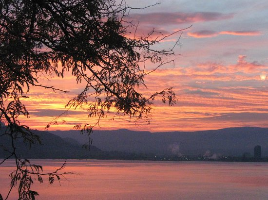 Willow Beach Bed and Breakfast: Sunrise over Okanagan Lake