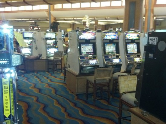 Casino at the Radisson Grand Lucayan: Plenty of open slots at 3pm