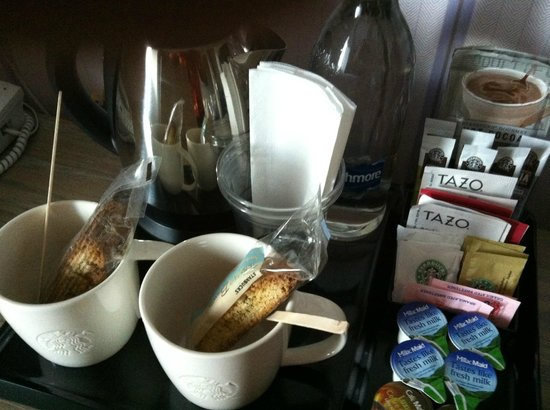Village Hotel Bournemouth: Great Starbucks hospitality tray with water and biscuits