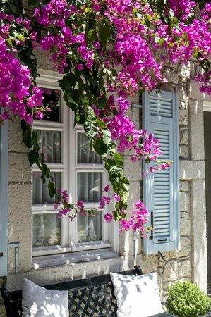 Incirliev Alacati: Lobby window from the courtyard