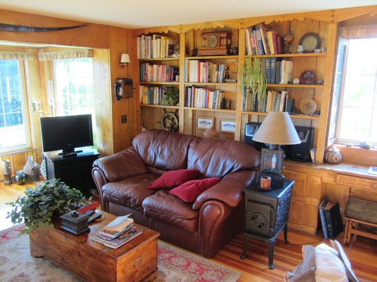 Hoedel's Homestead Cottage: Living room part 2