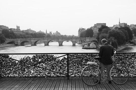 Photo Tours In Paris: Pont des arts