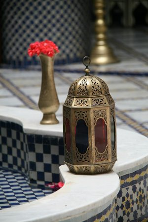 Riad El Yacout: Lantern on the edge of the fountain