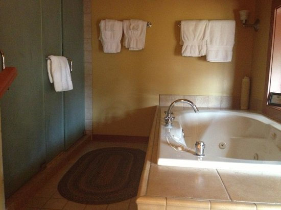 Woolverton Inn: Hunterdon giant tub and double shower