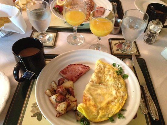 Woolverton Inn: Mozzarella and tomato omelette with ham and potatoes, YUM