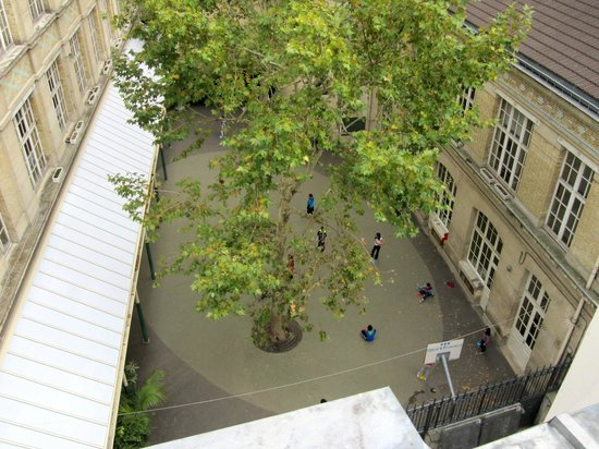 Hotel du Haut Marais: the schoolyard as seen from the 5th floor