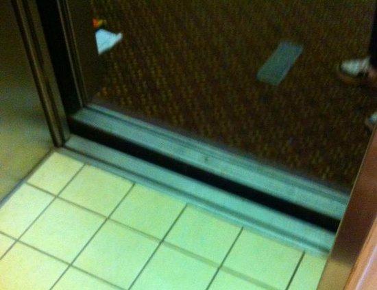Best Western Plus Waltham Boston: Broken elevator - not even with floor.