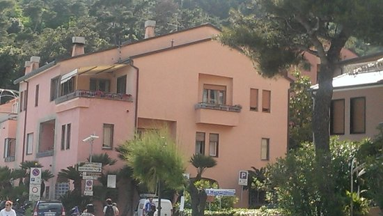 Affittacamere Lo Scoglio: Upper floor of this building right across from the beach
