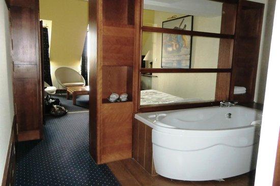 Hostellerie de la Pointe Saint-Mathieu : La baignoire dans la chambre