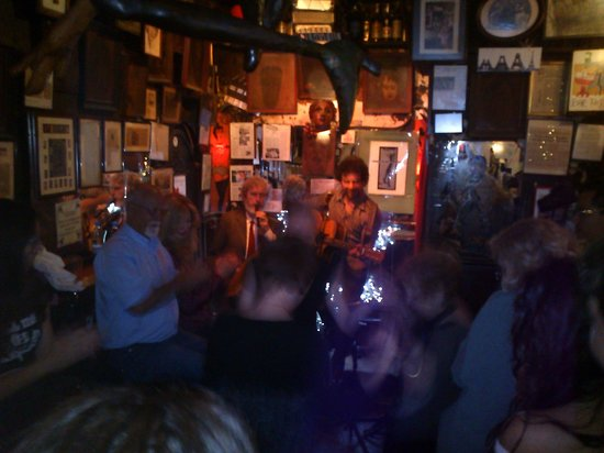 Bar Pastis: Dancing