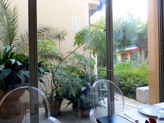 Hotel Novecento : view of the garden from the breakfast room