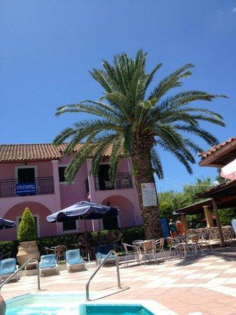 Oula Maisonettes: Pool/Hotel/Bar area