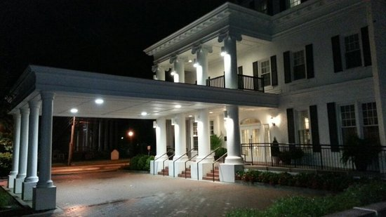 Boone Tavern Hotel: exterior:night