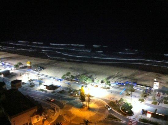 Surfers International: Vu de nuit sur la plage