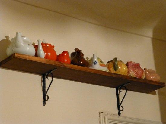 Una Stanza in Famiglia : una parte della collezione di teiere del B&B