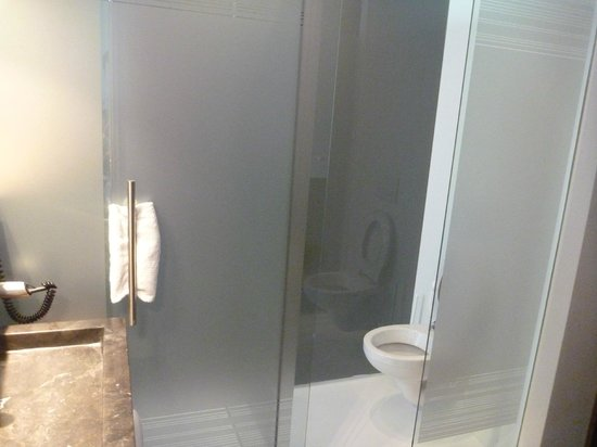 Hotel SnowWorld Landgraaf: Toilet to the right and shower behind the sliding door