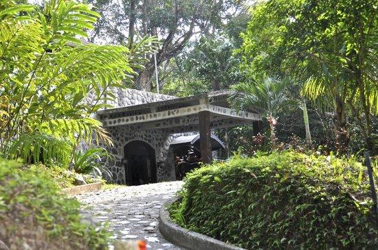 Casa Cangrejal B&B Hotel: Casa Cangrejal B&B Semi-Circle Stone Driveway