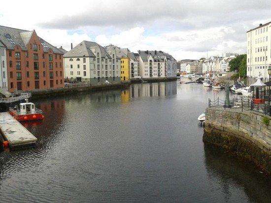 Scandic Alesund: Canal al lado del hotel