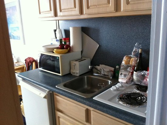 Newport Beach Resort: There is a 2 burner stove top and dorm sized refrigerator
