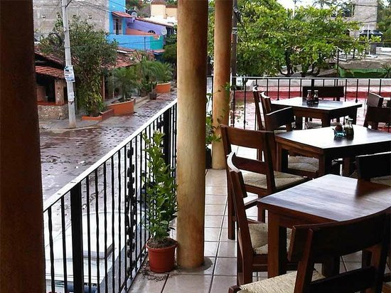 Plato Verde Sushi: The balcony stays dry when it rains...and it rains hard!!