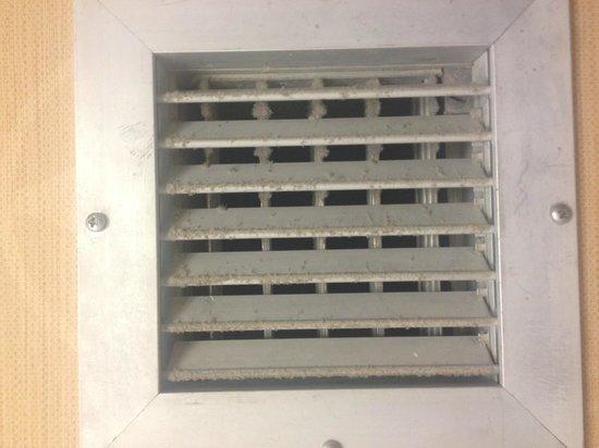 Crowne Plaza Columbus North-Worthington: Bathroom Fan Dust
